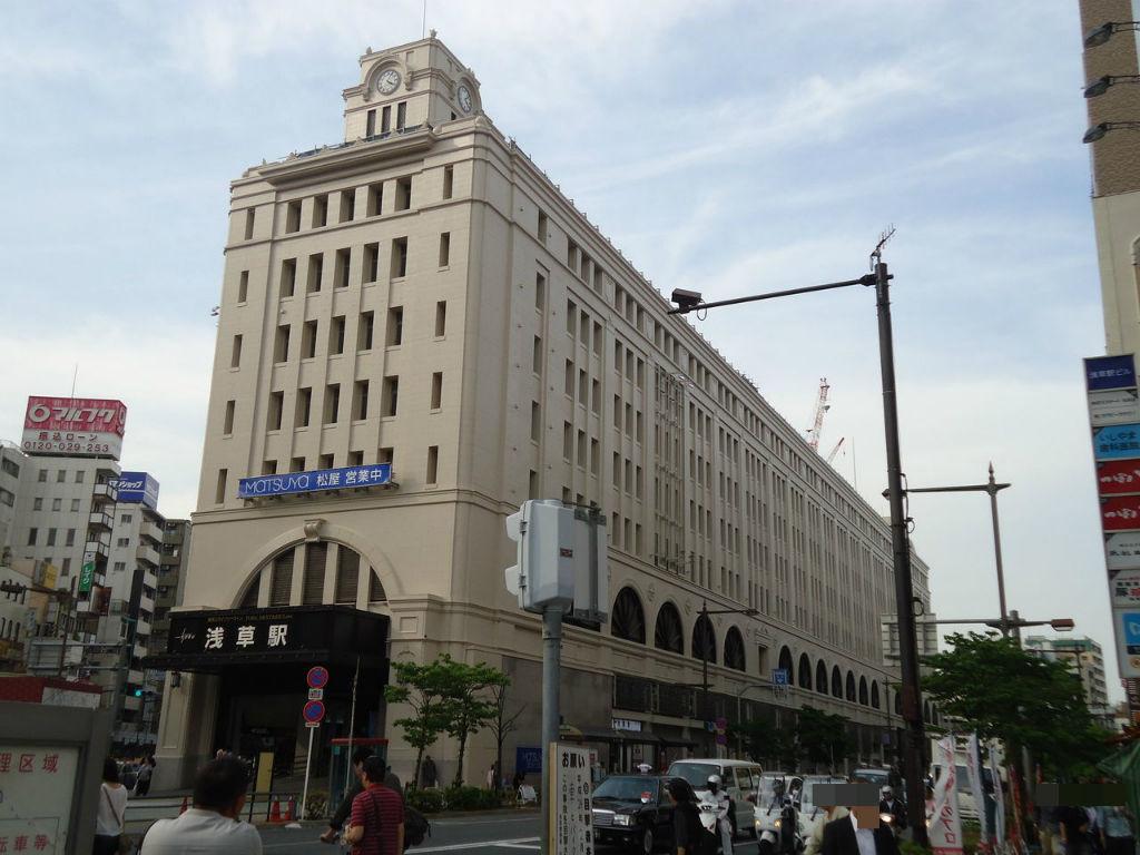 東京スカイツリーの最寄駅である「とうきょうスカイツリー駅」を走行する東武鉄道の起点駅です