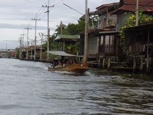 川沿い家並
