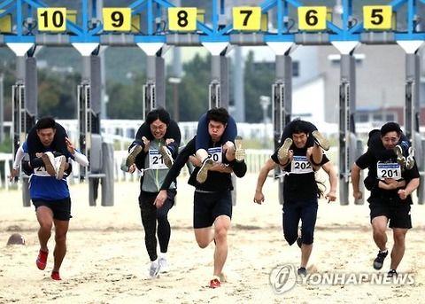 【韓国】妻を背負って競争(写真)