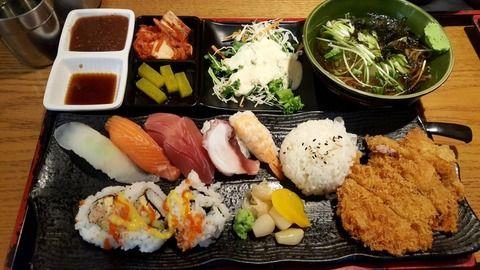 【韓国人】寿司、そば、とんかつの盛り合わせ定食?を食べました