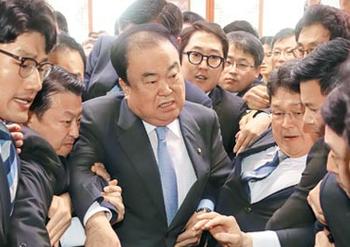 【文喜相】 大荒れ韓国国会、カッとなったムン・ヒサン議長が女性議員の顔に触れる→野党が「セクハラ」と抗議[04/25]