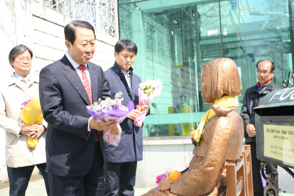 【韓国】パク・ジュソン大統領候補「少女像は対日外交の失敗を象徴。日本は合意を守らないのに、外交部だけが移転を促している」