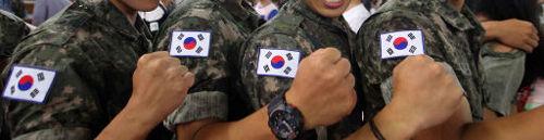 [新作コント] 愛国心向上の為に韓国軍将兵が太極旗装着!!! ⇒ 国旗を逆様に取り付ける将兵が続出 by 韓国の反応