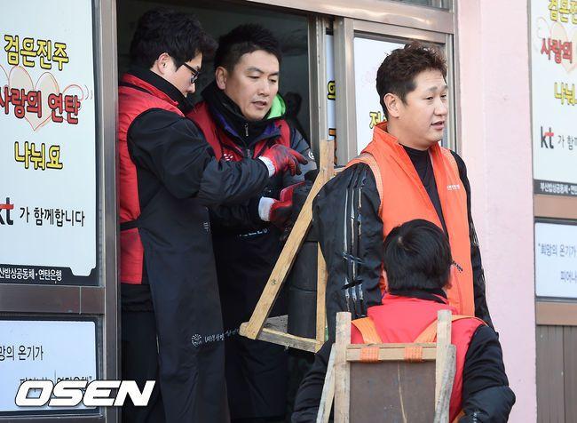 韓国人「日本のヒーローは大谷翔平でも、韓国のヒーローは李大浩!」プレミア12で活躍した李大浩選手が練炭配達のボランティア活動! 韓国の反応
