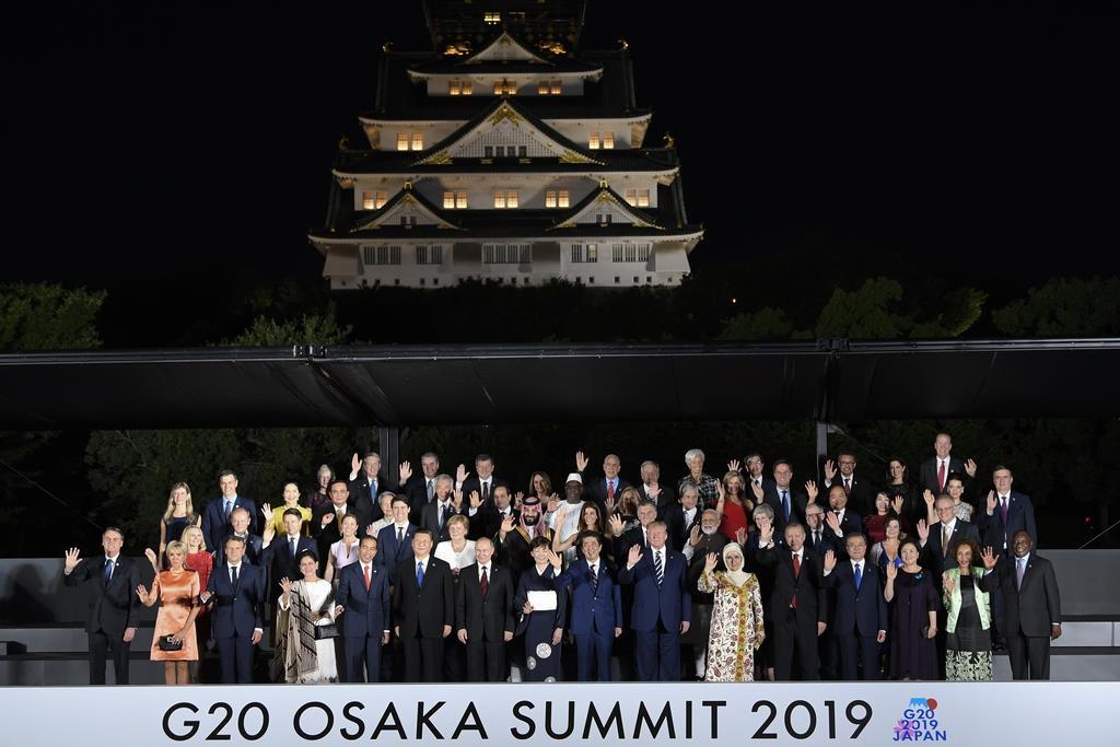 【中央日報/記念写真】G20首脳 文在寅大統領夫妻、各国首脳夫妻と大阪城を背景に記念撮影