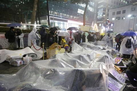 【韓国人】日本大使館前にデモをするために集まった学生