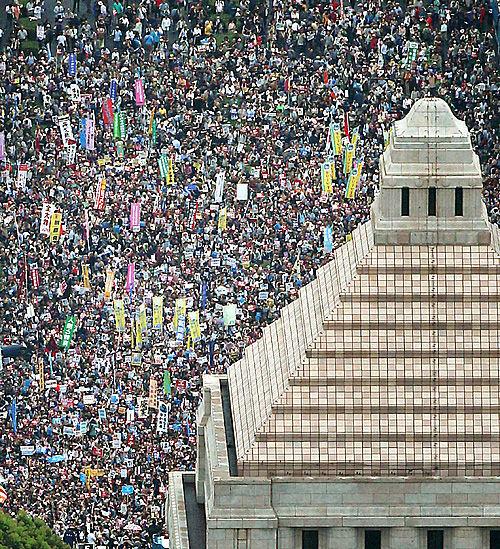 【日韓】 「安倍退陣」12万の叫び声、歴史的に韓国より後進的だった日本で人々が声を上げている