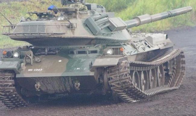 韓国人「陸上自衛隊の戦車のキャタピラが外れる!公開演習中の失態をご覧ください」