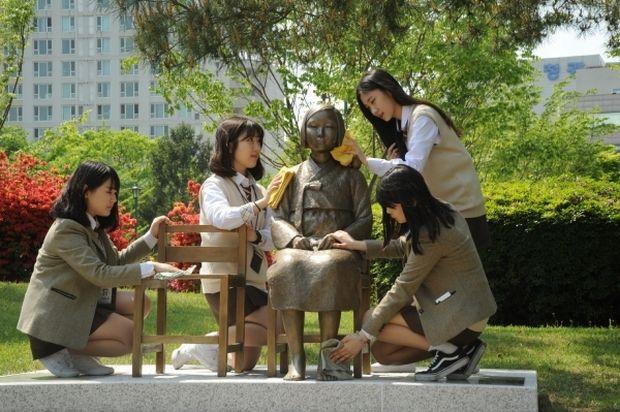 韓国人「服を着せられた少女像の横で寒そうにする独立運動家像…慰安婦は独立運動家よりも優遇されるのか?」