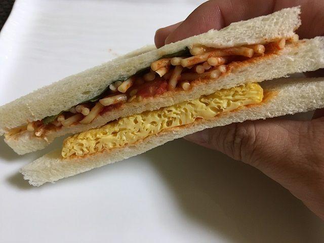 ローソン100のナポリタンサンドイッチを食べる