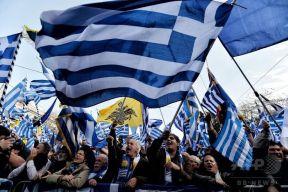 マケドニアの国名変更合意に激怒したギリシャ市民数万人が火炎瓶投げたりと暴徒化 アテネ