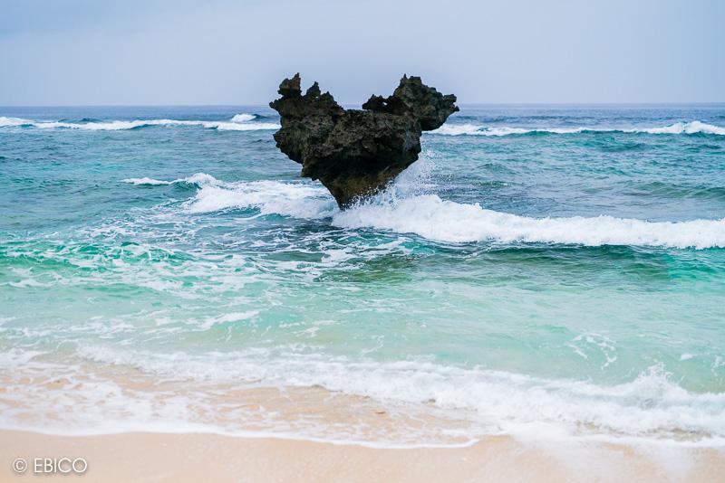 美しい波が打ち寄せる沖縄のパワースポット♪【古宇利島・ハートロック】
