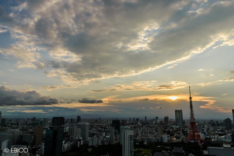 昼と夜の間に雲が挟まっていた【世界貿易センタービルからの東京タワー夕景】
