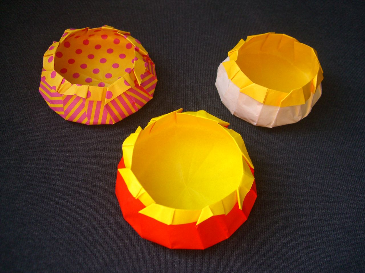 すべての折り紙 折り紙 こま 3枚 折り方 : origami おりがみ遊び(お花の箱 ...