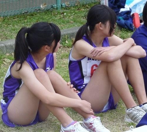 【ハミパン画像】小さすぎるユニフォームを着用した女子陸上部員