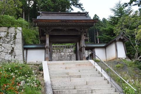 霊屋への門