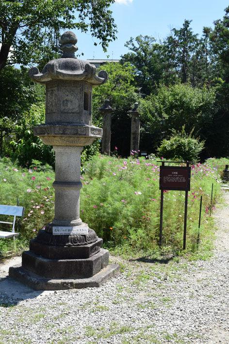本堂前の石灯籠