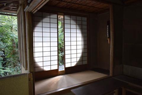 遺芳庵-円窓-内