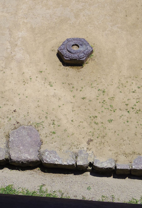 食堂前の礎石