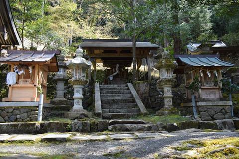 秋山神社前の社殿