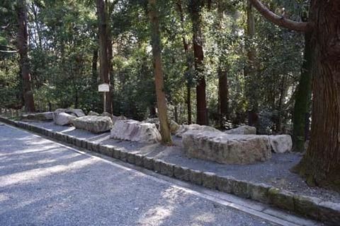 参道脇の石-1