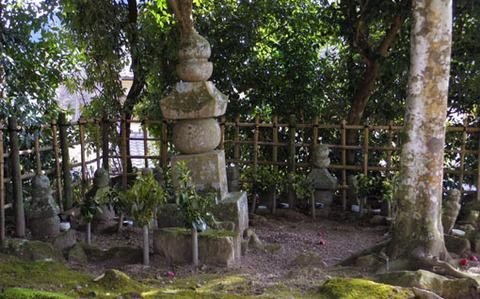 十二妃の墓-五輪塔
