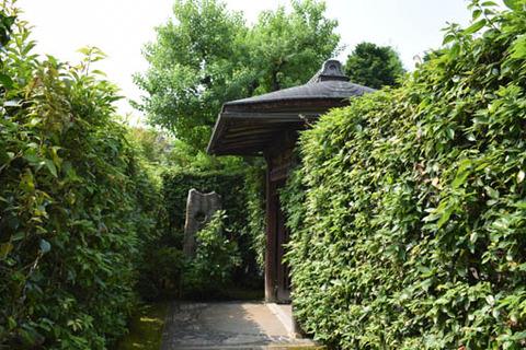 余香苑への門