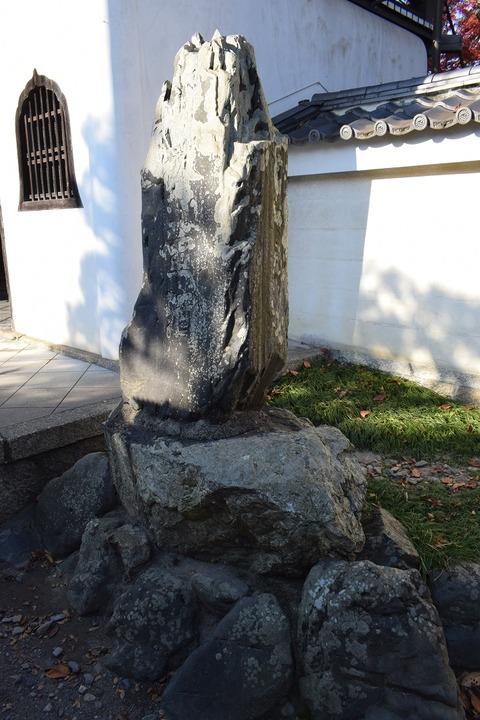 山門前の碑