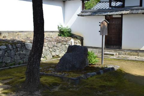玉鳳院-牛石