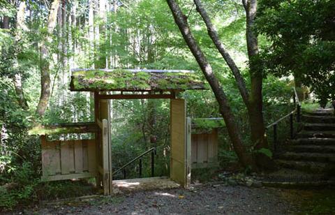 白馬池への門