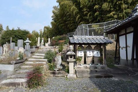 円墳への石段