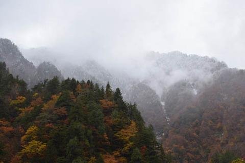 雪化粧した山