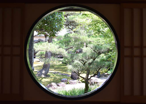 光琳曲水の庭-丸窓