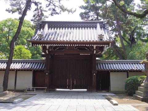 神館への門