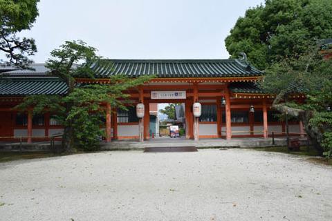 時代祭館への門