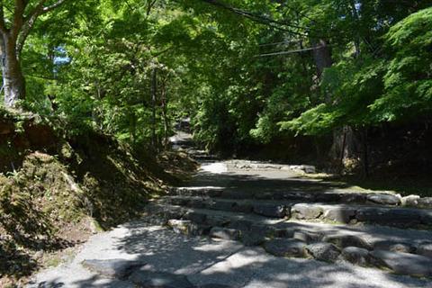 硯石からの石段