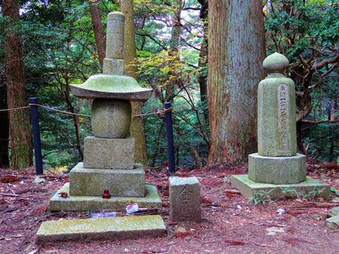 木の根道-石塔