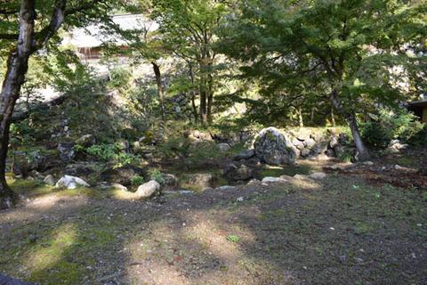 表門先の池