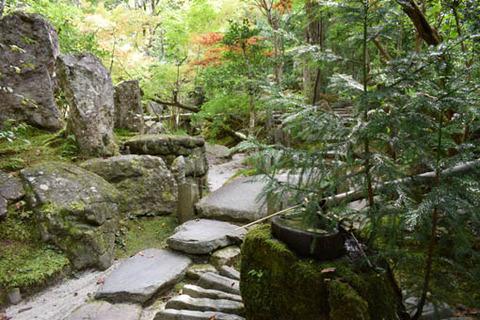 宝楽園-手水鉢からの三尊石