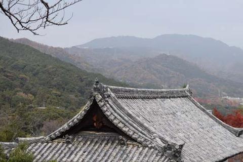 観音堂の屋根と比叡山