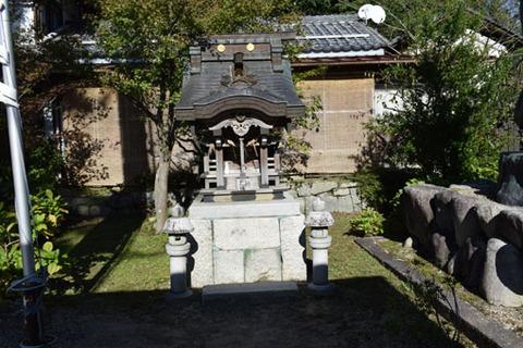 仁王像背後の社殿