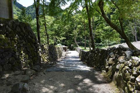 参道両側の石垣