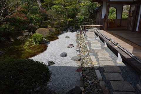本堂横の庭
