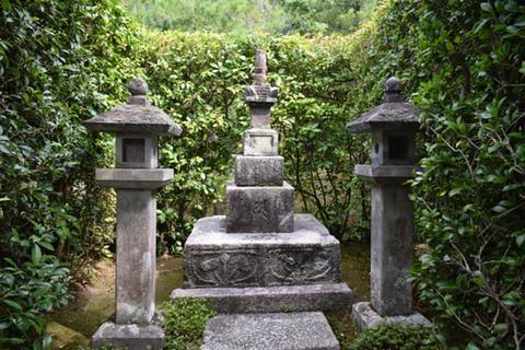足利尊氏の墓-1