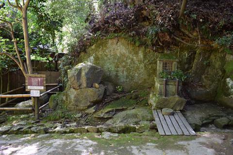 護法石と祠
