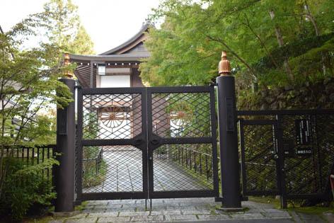 円融房前の門