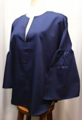 デザイン袖のプルオーバーブラウス