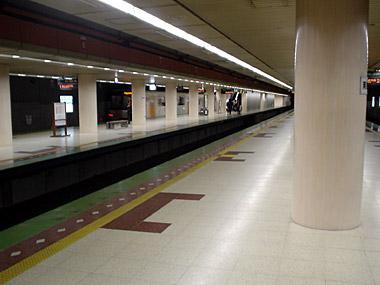 南郷7丁目駅ホーム1