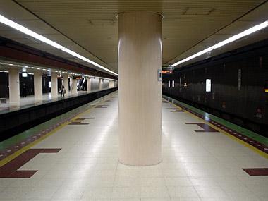 南郷7丁目駅ホーム2