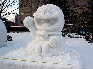 雪まつりドラえもん小雪像